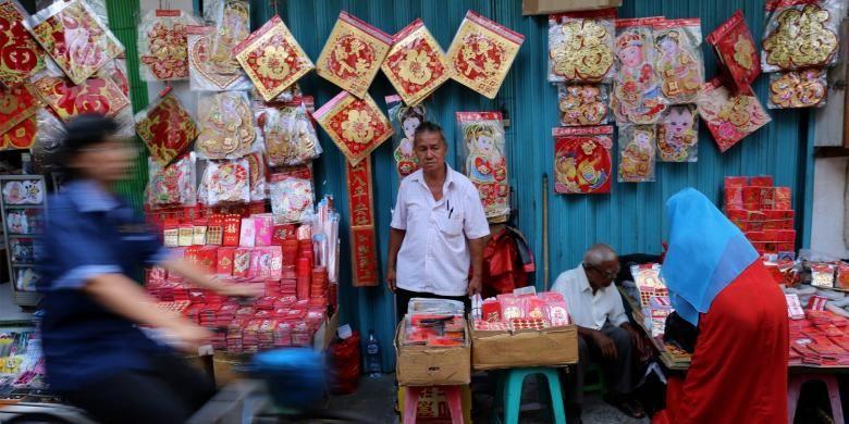 Pedagang pernak-pernik Tahun Baru China atau Imlek di Pasar Glodok di kawasan Pecinan Petak Sembilan, Taman Sari, Jakarta Barat, Rabu (25/1/2017). Aktivitas ekonomi di Pasar Glodok menunjukkan peningkatan dan para pedagang sudah menjajakan berbagai kebutuhan perayaan menjelang Imlek 2568 pada 28 Januari 2017.