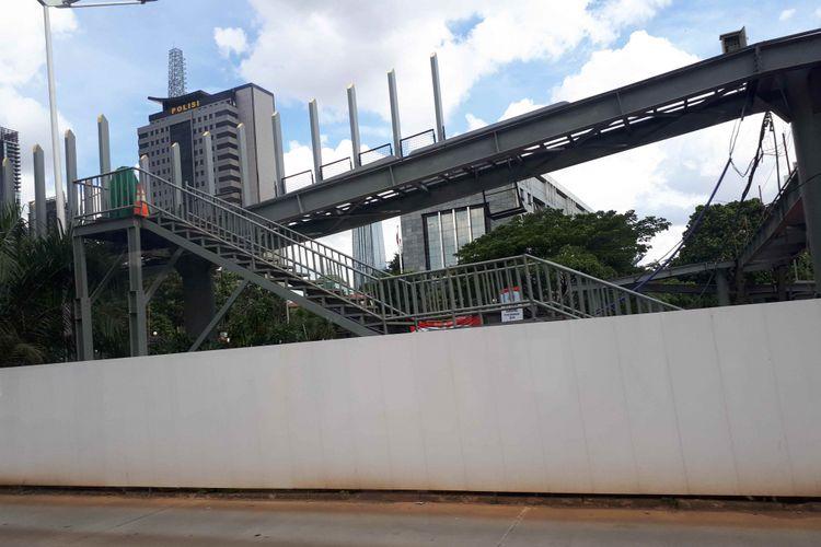 Revitalisasi Jembatan Penyebrangan Orang (JPO) Polda Metro Jaya. Foto diambil Rabu (2/1/2019).