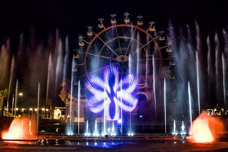 Atraksi Jejogedan berupa air mancur menari yang berkombinasi dengan tata cahaya lampu dan laser.