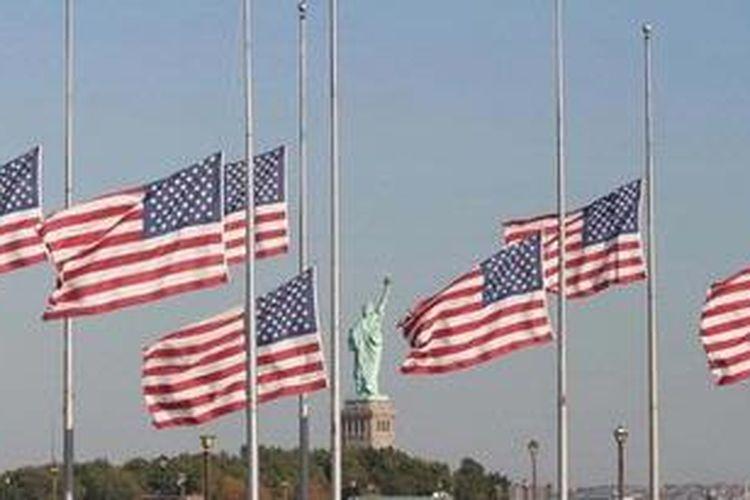Ilustrasi: Bendera Amerika Serikat berkibar setengah tiang di New York.