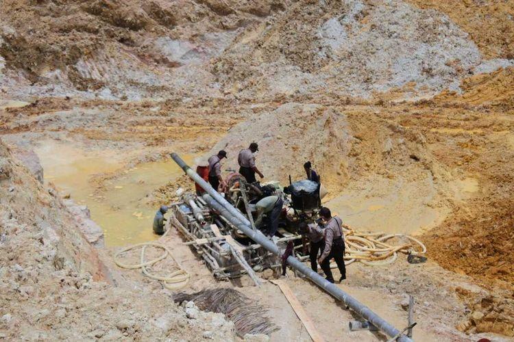 Operasi penertiban penambangan timah ilegal di lahan konsesi negara di Dusun Bedukang, Desa Deniang, Kecamatan Riau Silip, Kabupaten Bangka, Selasa (24/8/2021).