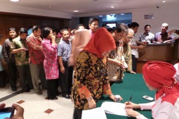 Lurah dan Camat tampak mengantre untuk mendaftar tes urine narkoba, di Balaikota Jakarta, Minggu (30/6/2013). Tes urine narkoba itu merupakan gagasan spontan Wakil Gubernur DKI Jakarta Basuki Tjahaja Purnama