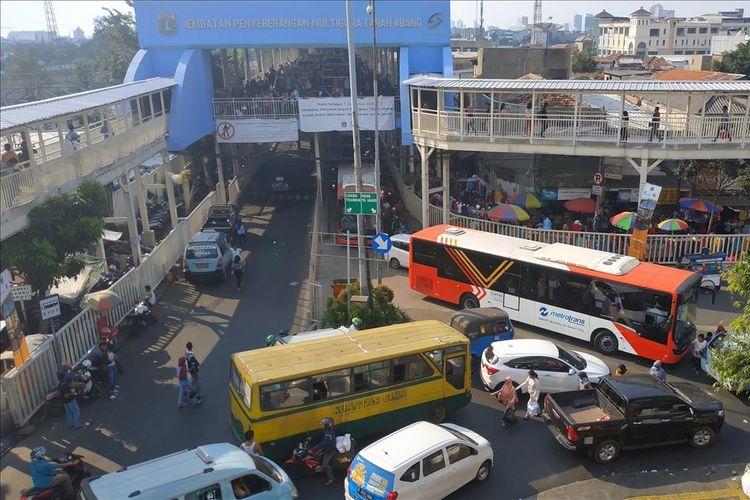 Kepadatan lalu lintas di persimpangan Jalan Jatibaru Raya-Jalan Kebon Jati dekat Pasar Tanah Abang Blok G, Selasa (28/5/2019).
