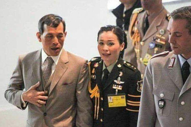 Raja Thailand Maha Vajiralongkorn bersama dengan permaisurinya, Suthida Vajiralongkorn yang merupakan seorang jenderal angkatan darat.