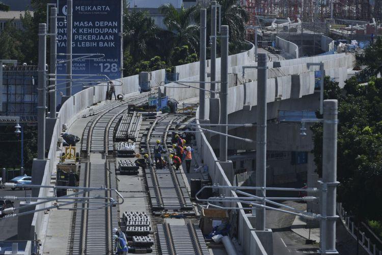Pekerja mengerjakan pemasangan rel pada proyek pembangunan jalur layang  MRT di Jalan Panglima Polim Raya, Jakarta, Selasa (9/1). Wakil Gubernur DKI Jakarta Sandiaga Uno menyatakan fase I MRT Lebak Bulus-Bundaran HI sepanjang 15,7 kilometer itu akan dilakukan uji coba pada Agustus 2018 dengan target pengoperasian pada Maret 2019. ANTARA FOTO/Hafidz Mubarak A/ama/18