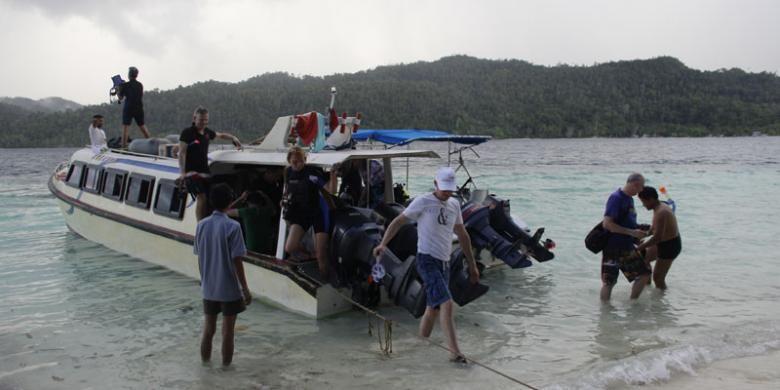 Para peserta Special Interest Diving Famtrip media Perancis undangan Kementerian Pariwisata di Pulau Friwen, Kabupaten Raja Ampat, Papua Barat, Rabu (4/5/2016).