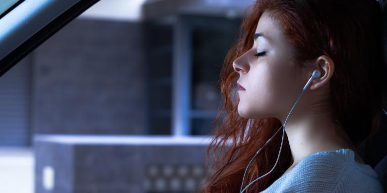 Mendengarkan musik ternyata bisa membuat pikiran lebih santai dan membuat tubuh sehat.