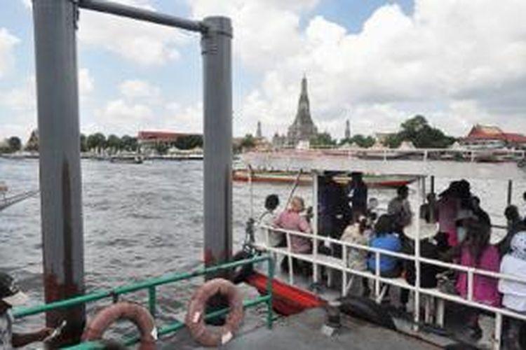 Sejumlah perahu  siap mengantarkan wisatawan melintasi Sungai Chao Phraya di Bangkok, Thailand, awal Mei lalu, guna mengunjungi Candi Wat Arun yang tampak dari kejauhan.