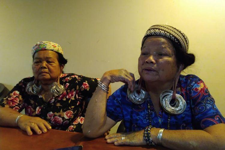 Tipung Ping (kiri) dan Kristina Yeq Lawing (kanan) adalah generasi terakhir perempuan dayak di Kampung Long Isun, Kecamatan Long Pahangai, Kabupaten Mahakam Ulu, Kaltim, yang mempertahankan tradisi kuping panjang saat ditemui di Samarinda, Rabu (5/2/2020).