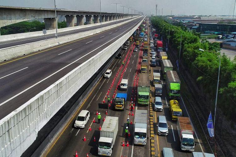 pantauan lalu lintas kendaraan yang melintas di jalan tol