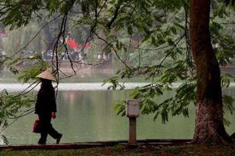 Pejalan kaki melintas di kawasan Danau Hoan Kiem di Hanoi, Selasa (6/4/2010). Kawasan di sekitar danau ini nyaman bagi para pejalan kaki.