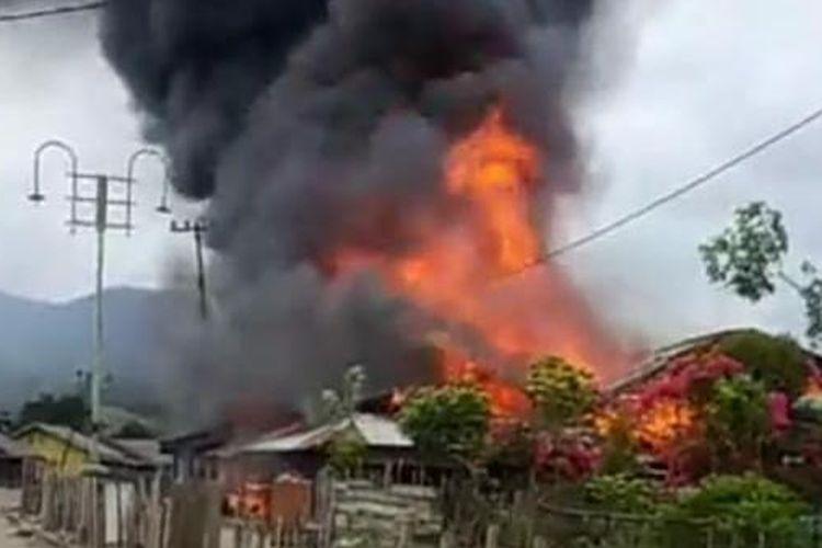 Peristiwa saat api membakar 6 unit rumah warga di Kampung Blang Panu, Kemukiman Samarkilang, Kecamatan Syiah Utama, Kabupaten Bener Meriah, Aceh, Senin (4/5/2020).