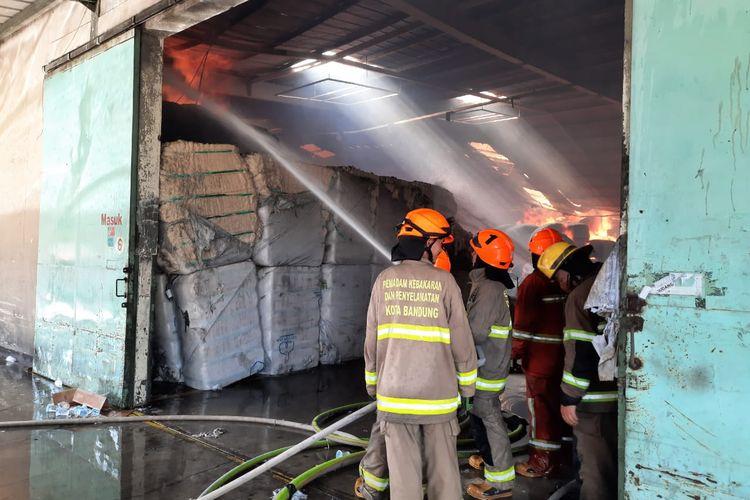Petugas Dinas Damkar Bandung sedang memadamkan api yang membakar gudang kapas di Kota Bandung, Kamis (12/11/2020).