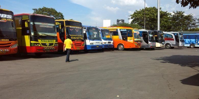 Sejumlah bus angkutan antarkota dan angkutan antarprovinsi diparkir berderet di Terminal Pulogadung untuk kemudian diberangkatkan secara bergiliran.