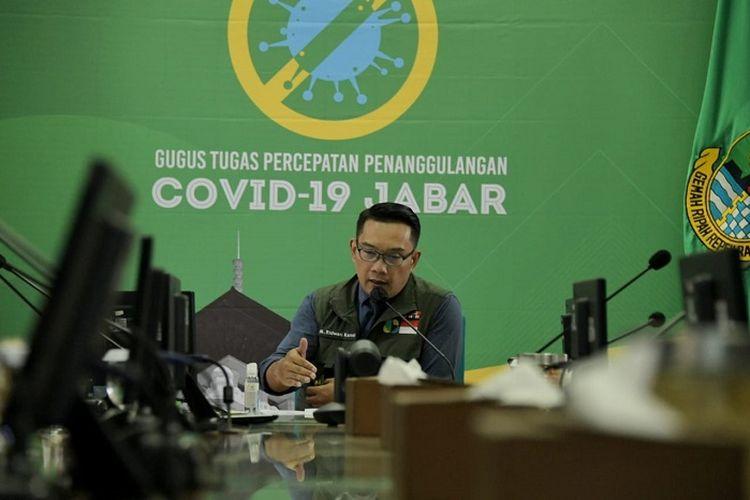 Gubernur Jabar Ridwan Kamil, saat mengikuti Rapat Terbatas Koordinasi Lintas Provinsi bersama Wakil Presiden Republik Indonesia via video conference, di Gedung Pakuan Bandung, Selasa (7/4/2020).