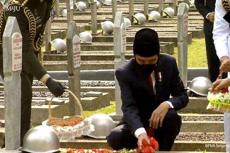 Foto tangkapan layar YouTube Sekretariat Presiden: Presiden Joko Widodo menabur bunga di makam pahlawan TMP Nasional Kalibata, Jakarta Selatan, Selasa (10/11/2020).