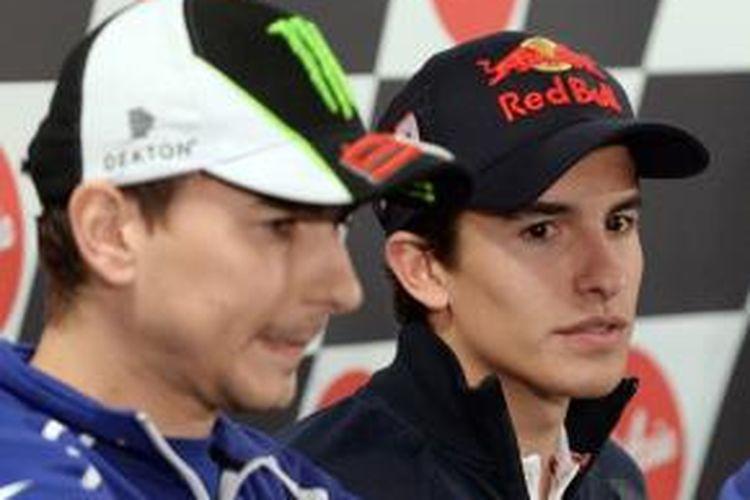Pebalap Repsol Honda asal Spanyol, Marc Marquez (kanan) dan pebalap Yamaha Factory Racing asal Spanyol, Jorge Lorenzo menghadiri konferensi pers jelang GP Jepang di Sirkuit Twin Ring Motegi, Kamis (24/10/2013).