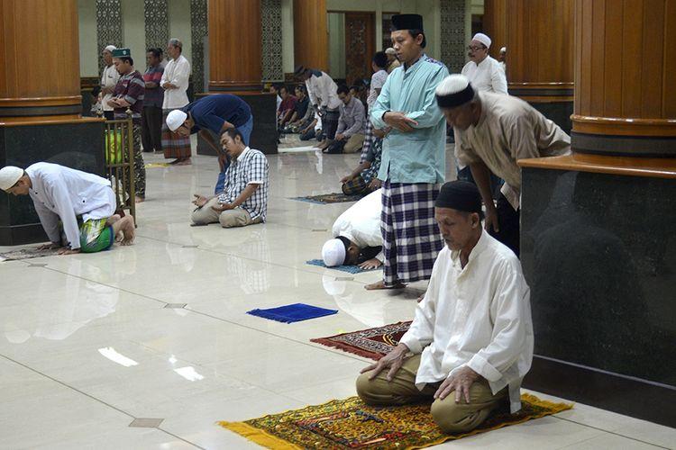 Warga muslim melakukan salat di Masjid Agung Al-Barkah, Bekasi, Jawa Barat, Rabu (18/3/2020). Pengurus Masjid Agung Al-Barkah menerapkan tidak menggunakan karpet di masjid tersebut sebagai bentuk kepedulian dalam pencegahan wabah Covid-19 dan mengimbau kepada jamaah untuk membawa perlengkapan ibadah sendiri seperti sarung, mukena dan sajadah.