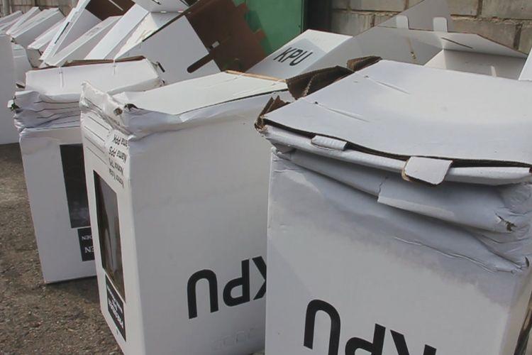 Sejumlah kotak surat suara yang terbuat dari kardus tampak rusak terkena air di depan gudang logistik KPU Kecamatan Depok, Kabupaten Cirebon, Sabtu siang (9/2/2019). Sejumlah petugas KPU berusaha menyelamatkan kotak surat suara dengan cara menjemur dan memindahkan ke gudang lainnya yang lebih aman.