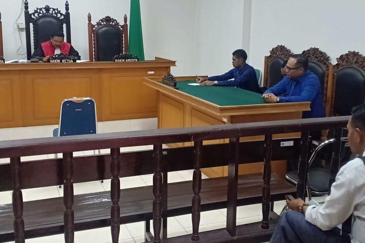 Majelis Hakim Pengadilan Negeri Klas 1A Kupang, Nusa Tenggara Timur (NTT), menolak gugatan praperadilan yang diajukan oleh Moses Usfinit, seorang motivator pelaku pencabulan siswa SD.