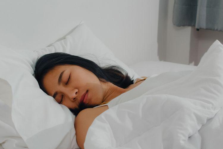 Tidur gelisah bisa disebabkan oleh banyak hal, mulai dari kebiasaan tidur yang buruk, stres, hingga gangguan tidur yang mendasari.