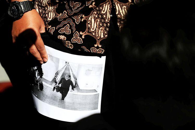 Foto yang diduga Harun Masiku dibawa Aktivis Koalisi Masyarakat Sipil Antikorupsi yang melaporkan Menteri Hukum dan Hak Asasi Manusia Yasonna Laoly kepada KPK. Gambar diambil pada 23 Januari 2020.