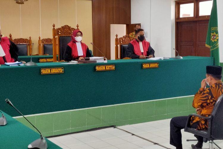 Terdakwa kasus konser dangdutan Wakil Ketua DPRD Kota Tegal Wasmad Edi Susilo dalam sidang lanjutan dengan agenda putusan sela majelis hakim PN Tegal, Kamis (26/11/2020).