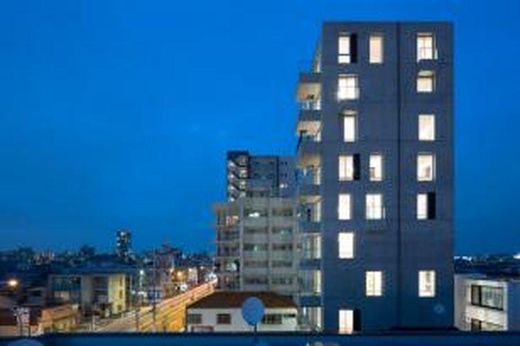 Takayanagi mengadopsi keragaman dalam desain melalui prinsip kompleks apartemen sewa sebagai sebuah model hunian vertikal perkotaan. Khususnya, menurut Takayanagi, dalam hal penggunaan jumlah jendela di seluruh volume ruangan.