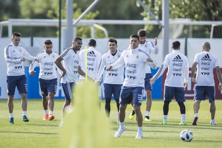 Timnas Argentina menggelar latihan terbuka perdananya di Bronnitsy Training Base, Senin (11/6/2018). Argentina akan melakoni laga perdananya di Piala Dunia melawan Islandia pada Sabtu (16/6/2018).