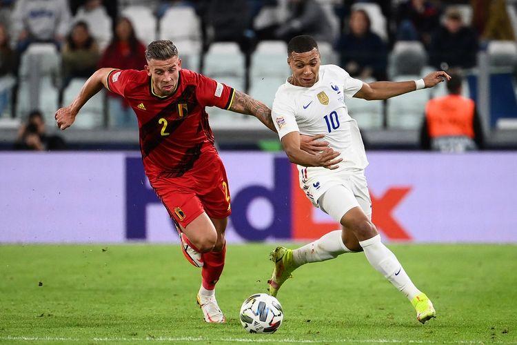 Bek Belgia Toby Alderweireld (kiri) berduel dengan penyerang Perancis Kylian Mbappe pada semifinal UEFA Nations League yang berlangsung di Stadion Allianz, Turin, Jumat (8/10/2021) dini hari WIB.