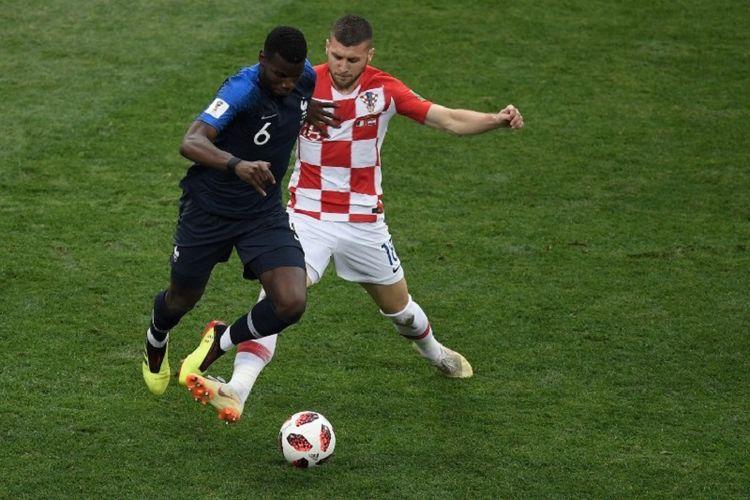 Paul Pogba mencoba melewati pengawalan Tim Jedvaj dalam pertandingan Perancis vs Kroasia pada final Piala Dunia 2018 di Stadion Luzhniki, 15 Juli 2018.