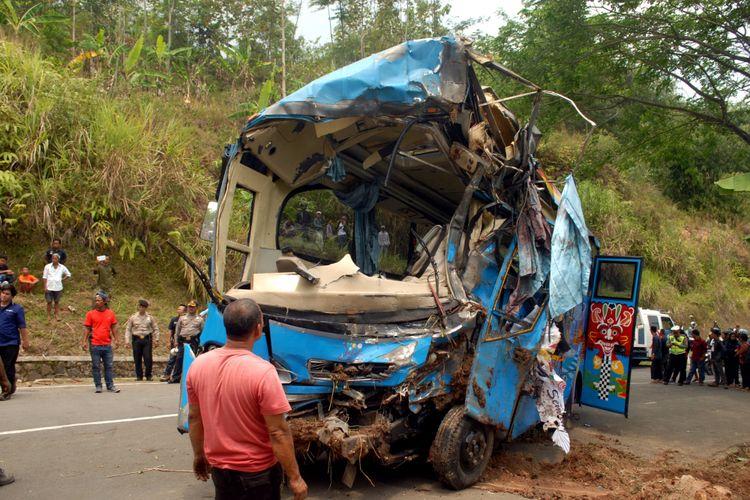 Seorang petugas melihat bangkai mini bus yang masuk jurang setelah dievakuasi di Tanjakan Letter S, Kecamatan Cikidang, Sukabumi, Jawa Barat, Minggu (9/9/2018).