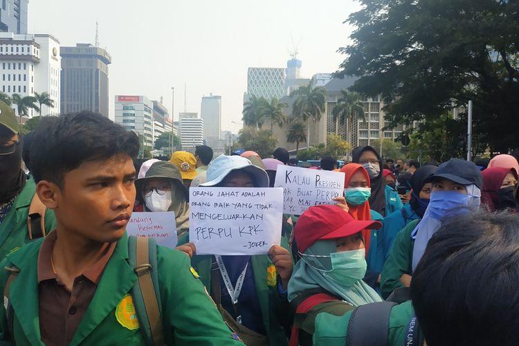Mahasiswi membawa pesan mendesak Presiden RI Joko Widodo segera menerbitkan Perppu KPK untuk membatalkan UU KPK hasil revisi yang resmi berlaku pada Kamis (17/10/2019) ini.