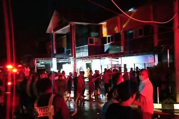 Kebakaran yang terjadi di Gedung Road Traffic Management Center (RTMC) Direktorat Lalu Lintas (Ditlantas) Kepolisian Daerah Jawa Timur, pada Minggu (15/11/2020) petang.