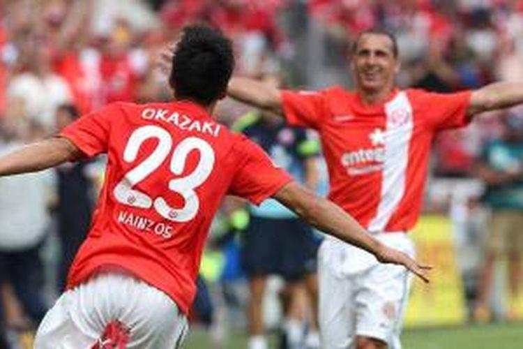 Striker Mainz asal Jepang, Shinji Okazaki, merayakan gol yang dicetaknya ke gawang VfB Stuttgart di pekan pertama Bundesliga, Minggu (11/8/2013). Main menang 3-2.