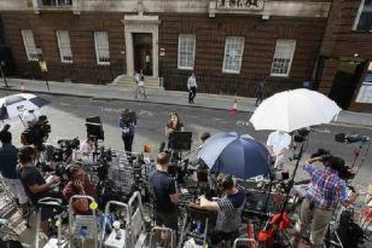 Awak media di depan Lindo Wing Rumah Sakit St Mary di London