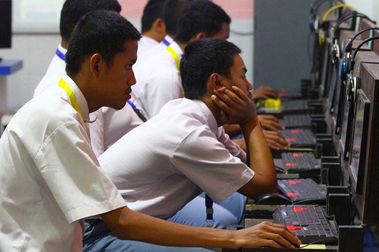 Peserta mengerjakan soal Ujian Nasional Berbasis Kompetensi (UNBK) di SMK PGRI 3 Malang, Jawa Timur, Senin (16/3/2020). Guna mengantisipasi penyebaran virus corona (COVID-19), Pemerintah Provinsi Jatim memutuskan untuk meliburkan seluruh sekolah kecuali pelaksanaan Ujian Nasional (UN) yang tetap berlangsung sesuai jadwal.