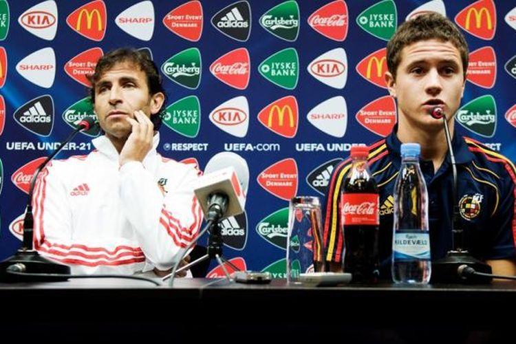 Luis Milla (kiri) dan Ander Herrera menjalani jumpa pers menjelang partai Piala Eropa U-21 antara Spanyol dan Belarusia, 22 Juni 2011.
