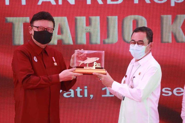 Menteri Pendayagunaan Aparatur Negara dan Reformasi Birokrasi (Menpan-RB) Tjahjo Kumolo saat meresmikan Mal Pelayanan Publik (MPP) di Kabupaten Pati, Jawa Tengah, Rabu (16/12/2020)