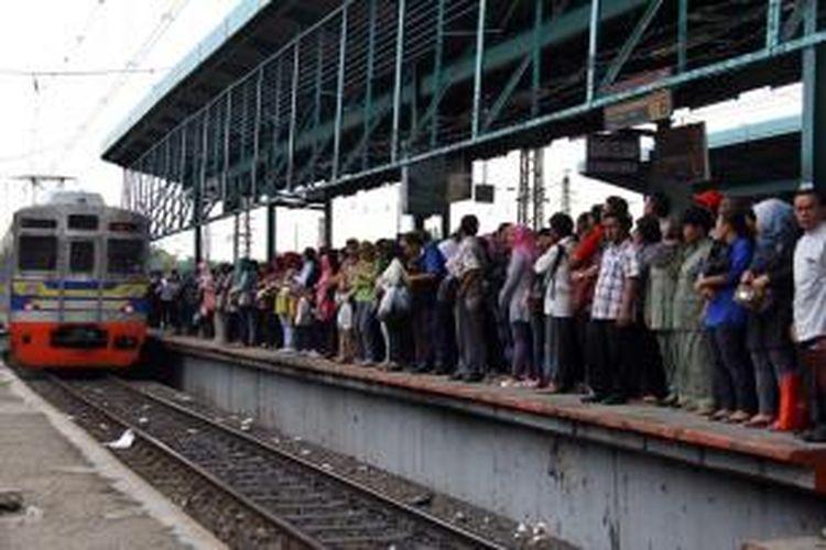 Para penumpang KRL jurusan Bogor berdesakan saat berhenti menaikan penumpang di Stasiun Manggarai