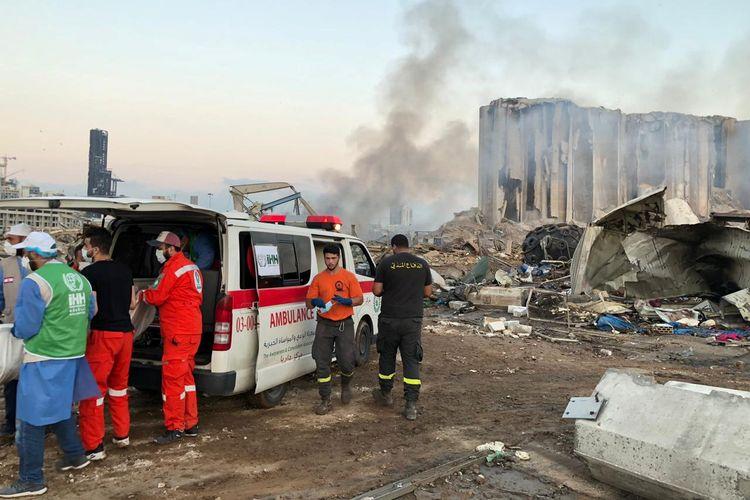 Anggota Yayasan Bantuan Kemanusiaan (IHH) membantu petugas penyelamat setempat di lokasi kejadian ledakan di Beirut, Lebanon, pada 5 Agustus 2020.