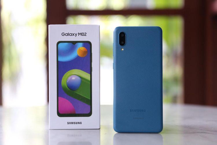 Kotak kemasan dan perangkat Samsung Galaxy M02 varian warna Blue