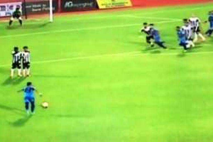 Pemain Penang FA, Mohd Faiz Subri, mencetak gol yang melawan hukum fisika.
