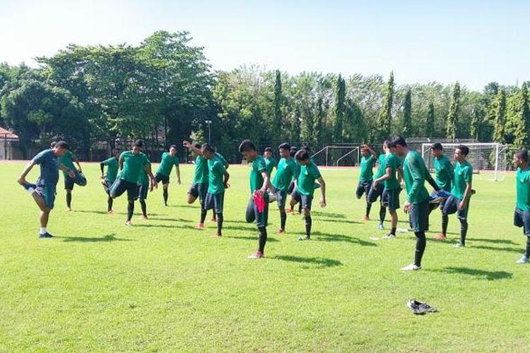 Para pemain Timnas U19 saat menjalani latihan perdana di Stadion Universitas Negeri Yogyakarta (UNY)