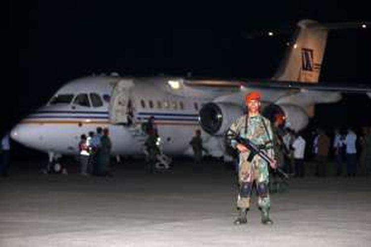 Pesawat yang membawa Warga Negara Indonesia yang disandera kelompok Abu Sayyaf di Filipina tiba di Lanud Halim Perdanakusuma, Jakarta, Minggu (1/5/2016). Sepuluh Anak Buah Kapal WNI disandera kelompok bersenjata sejak 26 Maret 2016 lalu.