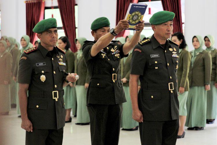 Kolonel Kav Hendi Suhendi (kiri) menyaksikan Kolonel Inf Alamsyah (kanan) diambil sumpahnya sebagai Komandan Kodim 1417 Kendari saat upacara serah terima jabatan di Aula Tamalaki Korem 143 Haluoleo, Kendari, Sulawesi Tenggara, Sabtu (12/10/2019). Upacara sertijab tersebut dipimpin langsung Komandan Korem 143 Haluoleo Kolonel Inf Yustinus Nono Yulianto dan dihadiri Panglima Komando Daerah Militer (Kodam) XIV Hasanuddin Mayjen TNI Surawahadi. ANTARA FOTO/Jojon/ama.