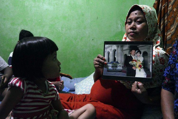 Yuni Fanani, istri Sunarko, menunjukkan foto memori pernikahan. Diduga akibat kelelahan, Sunarko, anggota KPPS di TPS 02 Desa Kepanjen Jombang Jawa Timur, meninggal dunia pada Senin (29/4/2019) malam.
