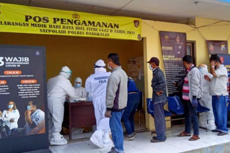 Tes antigen kepada para calon penumpang kapal penyeberangan di Pelabuhan Kamal Bangkalan, Selasa (8/6/2021).