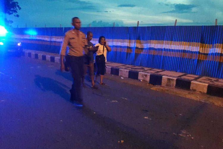Aparat Polresta Pulau Ambon dan Pulau-Pulau Lease dikerahkan untuk melerai aksi tawuran dua kelompok pemuda di kawasan Air Salobar, Kecamatan Nusaniwe, Ambon, Minggu malam (9/2/2020)