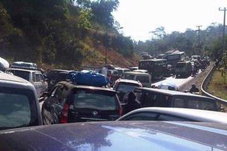 Kemacetan terjadi sepanjang hari di jalur selatan kawasan Gentong, Tasikmalaya, Jawa Barat, selama arus balik Lebaran 2011. Foto diambil, Minggu (4/9/2011). Kini pembangunan jalur alternatif Gentong sudah selesai, sehingga kemacetan diharapkan tidak separah tahun lalu.